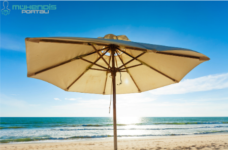 Plajdaki güneş şemsiyesi.